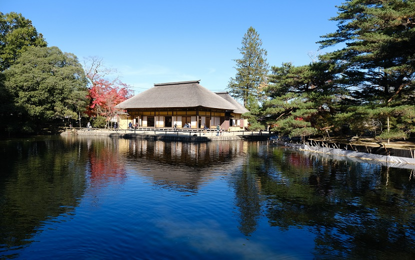 池面に写る有備館の写真