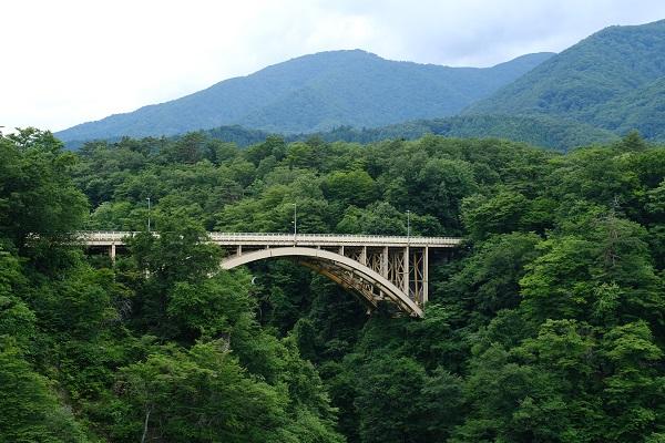 鳴子峡の大橋の夏の風景写真