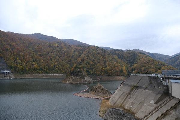 湯田ダム錦秋湖の紅葉の写真