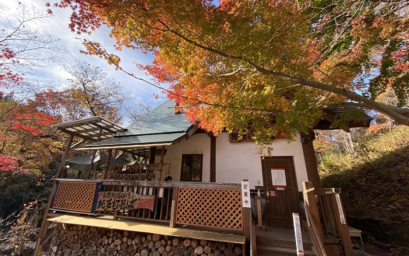 岩出山もみじの蕎麦の秋の紅葉のお店の風景写真