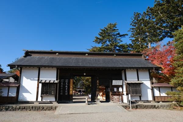 奥州平泉毛越寺の正門の写真