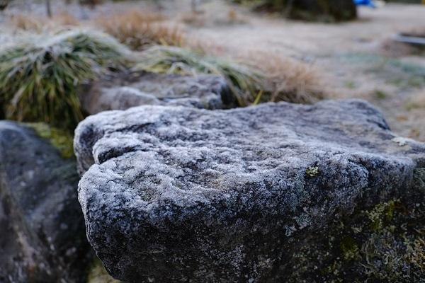 岩を覆い尽くした霜の写真
